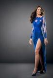 Женщина нося элегантное платье моды стоковые изображения