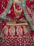 Женщина нося элегантные bangles и кольца в руке стоковое изображение rf