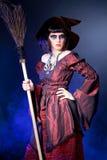 женщина нося costume ведьмы halloween Стоковое Фото