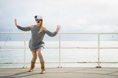 Женщина нося VR снаружи Стоковые Фото