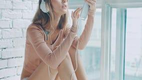 женщина нот наушников слушая милая акции видеоматериалы