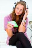 женщина нот привлекательных наушников слушая стоковые изображения rf