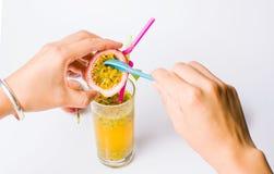 Женщина добавляя ягоды в фруктовый сок маракуйи стоковые изображения