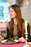 Женщина обедая вне Стоковые Изображения