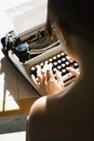 женщина обнажённого печатая на машинке Стоковая Фотография
