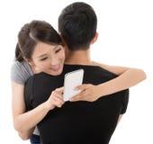 Женщина обнимает ее парня Стоковые Изображения
