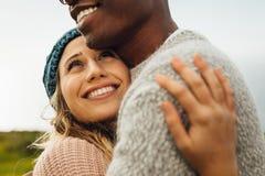 Женщина обнимая ее парня с любовью стоковая фотография