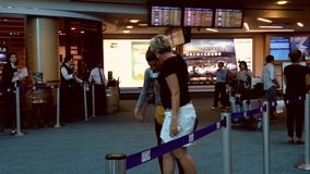 Женщина обнимая ее друга на международном лобби прибытия видеоматериал