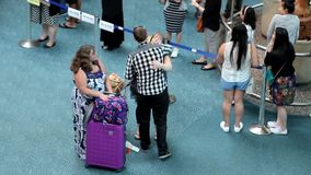 Женщина обнимая ее друга на международном лобби прибытия акции видеоматериалы