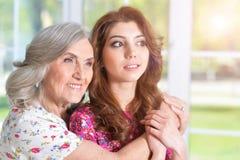 Женщина обнимая дочь Стоковое Изображение