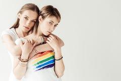 Женщина обнимая подругу от задней части Стоковая Фотография RF