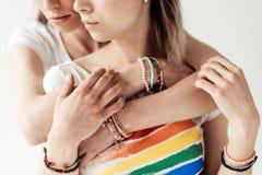 Женщина обнимая подругу от задней части Стоковые Фотографии RF
