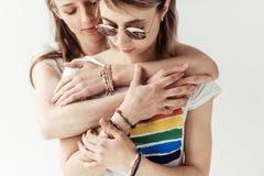 Женщина обнимая подругу от задней части Стоковые Изображения RF