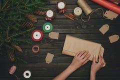 Женщина оборачивая подарок рождества Стоковое Изображение RF