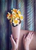 Женщина оборачивая цветки стоковое изображение rf