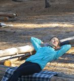 Женщина, образ жизни, природа, тренировка, свежий воздух, на открытом воздухе стоковая фотография rf