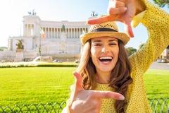 Женщина обрамляя на venezia аркады в Риме, Италии Стоковая Фотография RF