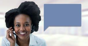 Женщина обслуживания клиента с пузырем болтовни стоковые фото