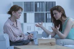 Женщина обсуждая с психологом Стоковая Фотография