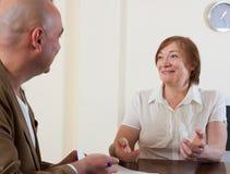 Женщина обсуждая для агента Стоковые Изображения RF