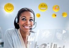 Женщина обслуживания клиента с emojis и пирофакел против голубой предпосылки бесплатная иллюстрация