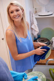 Женщина обтирая блюда Стоковые Фотографии RF