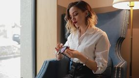 Женщина обтирая поверхность eyeglasses с мягкой тканью, используя ткань microfiber видеоматериал