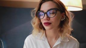 Женщина обтирая поверхность eyeglasses с мягкой тканью, используя ткань microfiber акции видеоматериалы