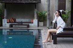 Женщина обтирая с полотенцем в бассейне стоковые фото
