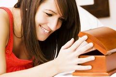 женщина общеизвестного секрета кровати Стоковое Фото