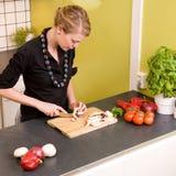 женщина овощей вырезывания стоковые изображения rf