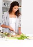 женщина овощей кухни вырезывания симпатичная Стоковые Изображения