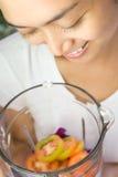 женщина овощей blender счастливая Стоковое Изображение RF