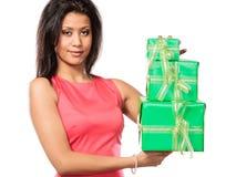 Женщина довольно смешанной гонки с подарками коробок День рождения Стоковое Изображение RF