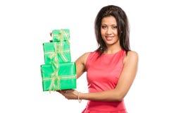 Женщина довольно смешанной гонки с подарками коробок День рождения Стоковые Фото