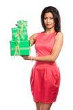 Женщина довольно смешанной гонки с подарками коробок День рождения Стоковая Фотография RF