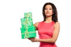 Женщина довольно смешанной гонки с подарками коробок День рождения Стоковое фото RF