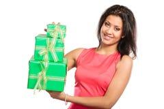 Женщина довольно смешанной гонки с подарками коробок День рождения Стоковые Изображения RF