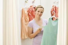 женщина одежд ходя по магазинам Стоковое Фото