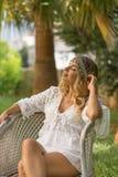 Женщина одела в стиле boho шикарном и наслаждаться каникулы в тропической окружающей среде стоковая фотография rf