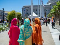 Женщина одела в традиционном сикхском наряде говоря вне Punj Стоковое Фото