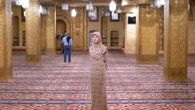 Женщина одетая в стойках робы монашки внутри исламского виска E сток-видео