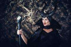 Женщина одетая как fairy ведьма в плаще и с рожками стоковые изображения rf
