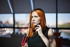 женщина одного кафа сидя Стоковая Фотография RF