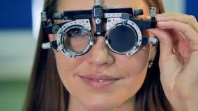 Женщина одобряет объектив и извлекает ее пробные рамки видеоматериал