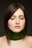 женщина ожерелья листьев предпосылки темная Стоковые Изображения RF