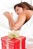 женщина ожиданий Валентайн сярприза подарка на рождество Стоковые Фото