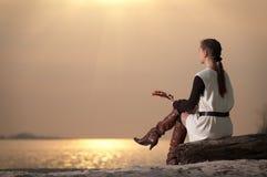 женщина озера свободного полета сиротливая сидя Стоковое Фото
