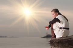 женщина озера свободного полета сиротливая сидя Стоковое Изображение RF
