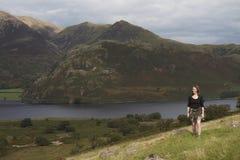женщина озера холма заречья гуляя Стоковое Изображение